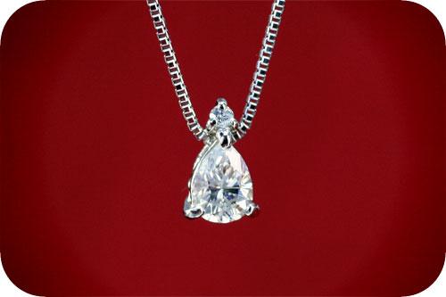 しずく型ダイヤモンドのペンダント