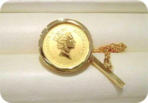 金貨のタイピン:正面から