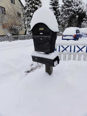 雪に埋もれた郵便受け