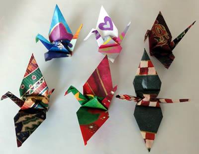 包装紙で折った折鶴