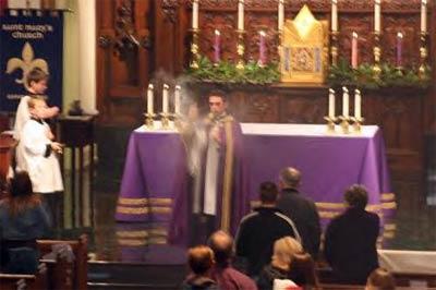 紫色の祭壇布と祭服