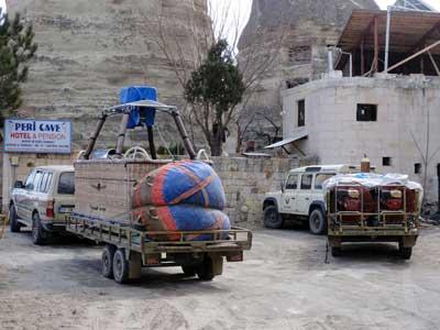 籠と気球を乗せた荷台