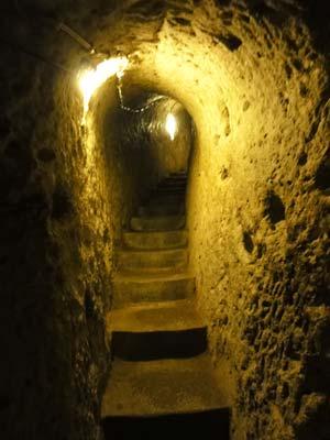 地下都市に続く階段
