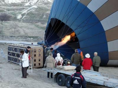 気球に送風機で空気を送り込む