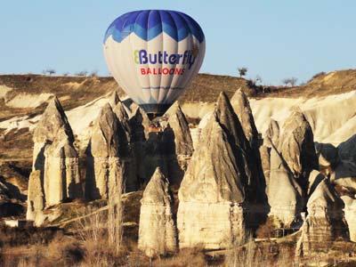 奇岩の間を浮遊する気球