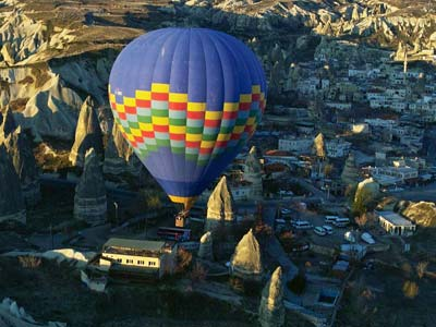 ギョレメ上空を飛ぶ熱気球