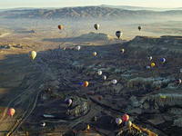 ギョレメ北を飛ぶ熱気球