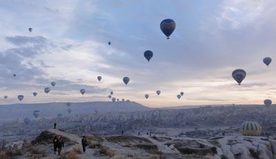 元旦に浮かび上がる気球