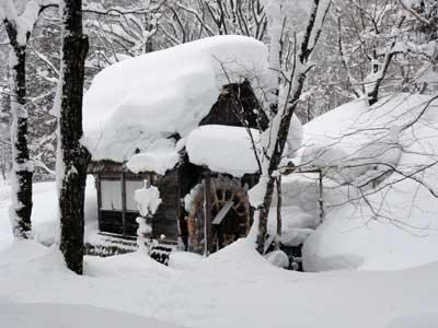 凍りついた水車小屋