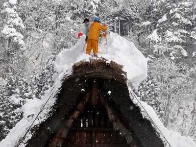 危険な雪下ろし