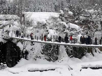 冬でもたくさんの観光客が橋を渡る