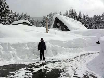 積雪は人間の背丈ほどにもなる