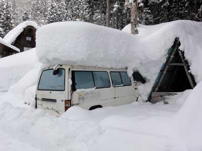 車の上に積もった雪の高さに注目