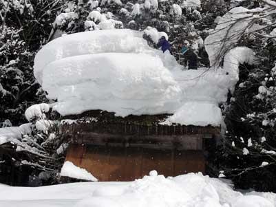 屋根の上の雪の形が変だと思ったら
