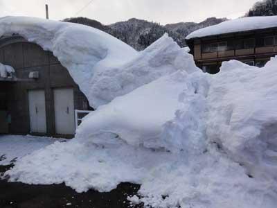 雪に埋もれる駅