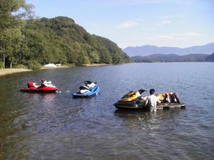 猪苗代湖と水上バイク