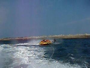 ジェットでボートをひっぱり吹っ飛ばす
