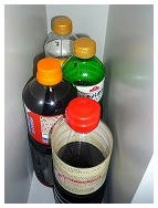 大きなボトルは食器棚の空きスペースへ