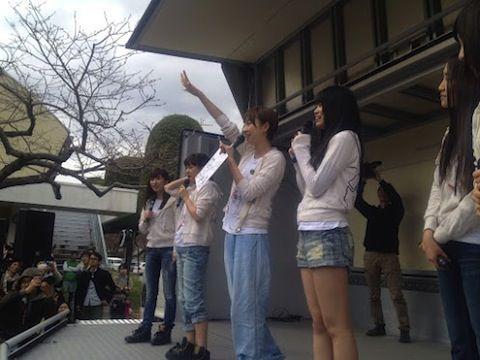AKB48による支援活動の様子