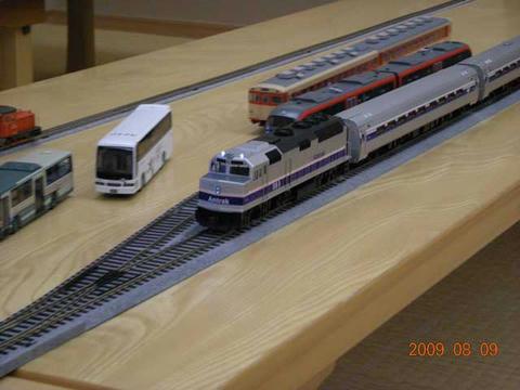 バックマン製のF40が、同じくバックマン製のアムフリート客車を牽引。