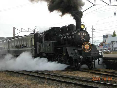 2009.10.04撮影/下館駅を出発する「SLもおか号」。ハロウィンのヘッドマークを掲げています。