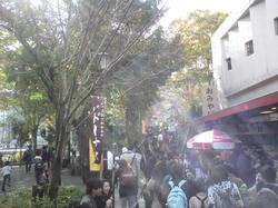 高尾山口駅からケーブルカーへの道