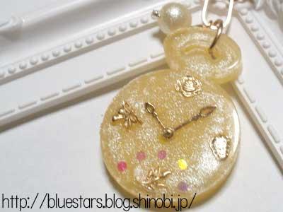 黄色い花時計のバッグチャーム