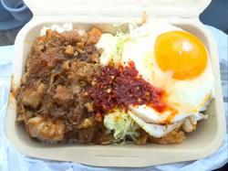 ナシゴレンとスパイシー鶏のハーフ丼680円
