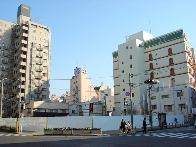 松戸駅西口「三菱東京UFJ銀行(旧UFJ銀行・旧三和銀行)」。 マンションが建つらしい。 右奥の