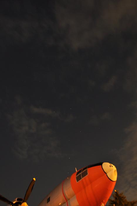輸送機と夜空
