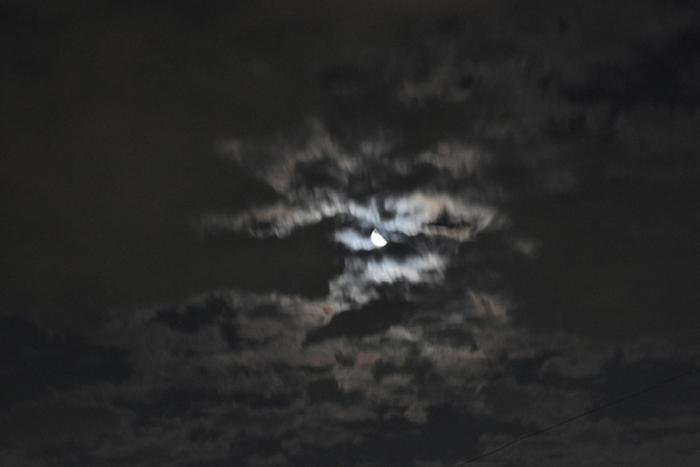月と足早に駆ける雲