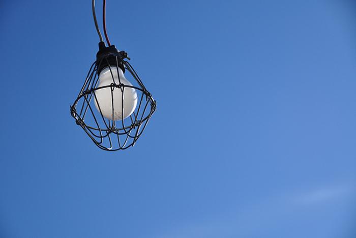 電球と冬の空