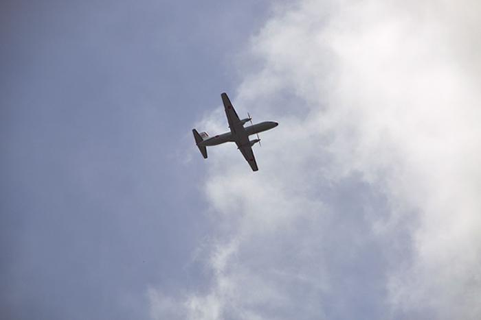 頭上を行く飛行機