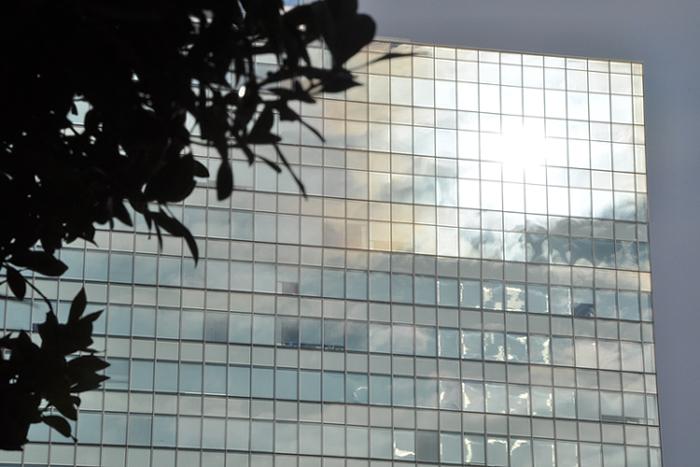 ビル窓の太陽
