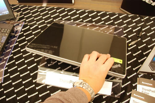ThinkPad Edgeを横から見る