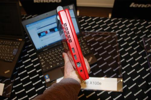 ThinkPad X100eを横から見る