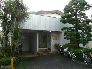 入口の左には屋根付きの駐輪スペースがある