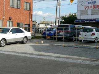 建物の向かいにも駐車場がある