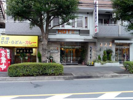 中央がホテルの入口、右が藤の湯、左が立喰いそば屋