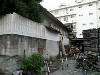 建物の右には薪が積まれている