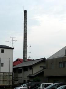 高架沿いの道から見た煙突