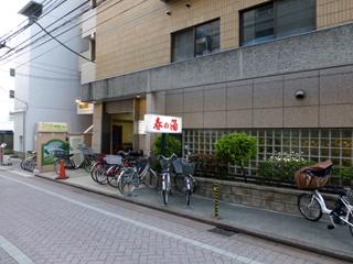 入口の右側は駐輪スペースになっている