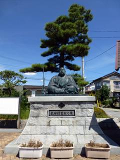塩山駅北口前の武田信玄公像
