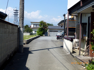 狭い路地の先が駐車場