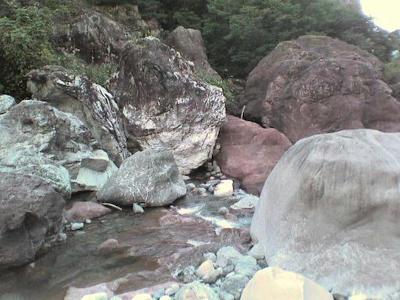 実はこのでっかい石もいくつかはヒスイなの!当然向こう岸まで登りに行ったぜb