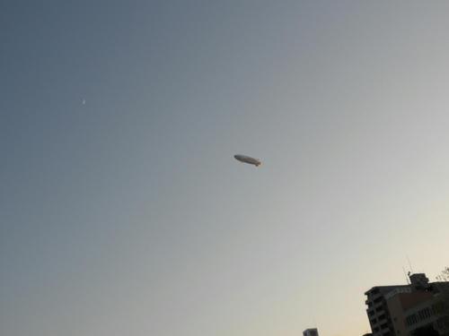 ふと見上げるとダイワハウチュ(w)の飛行船が。