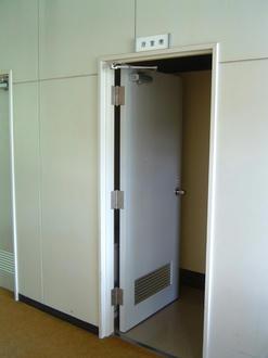 無機質なドア