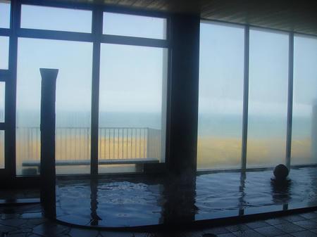 浴室から海を臨む