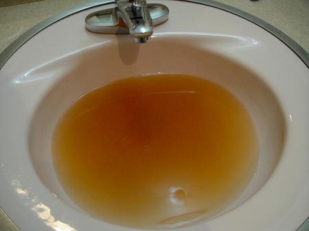 お湯にすると茶色い