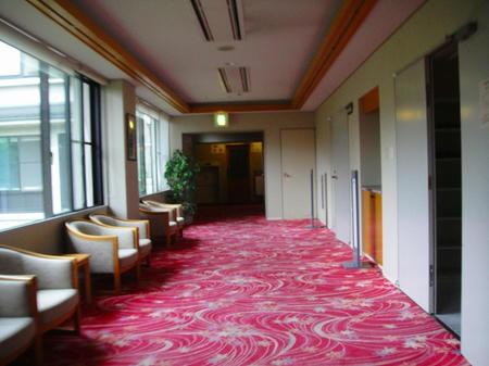 廊下を進む